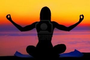 9763238-femme-sante-faisant-yoga-en-plein-air-du-coucher-du-soleil-sur-la-mer-notion-de-soins-de-meditation